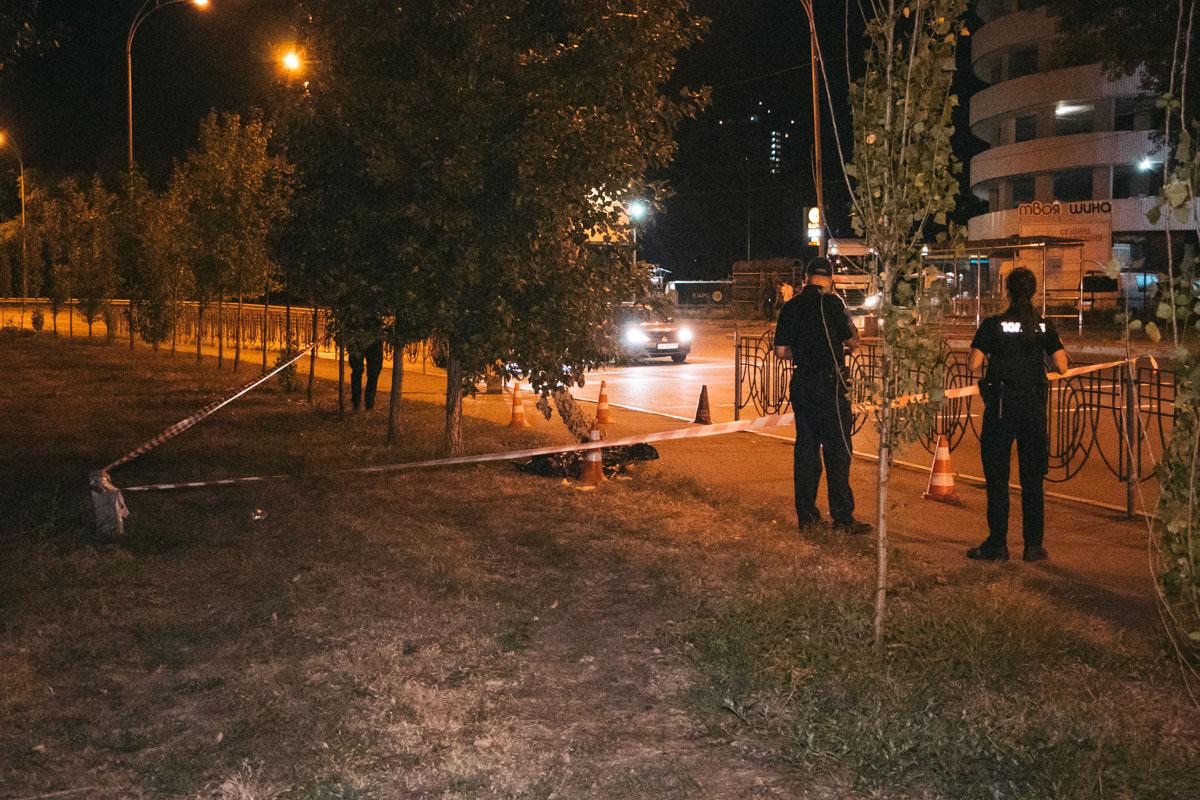 В ночь на 8 сентября в Киеве на пересечении улиц Здолбуновской и Михаила Драгоманова обнаружили труп мужчины