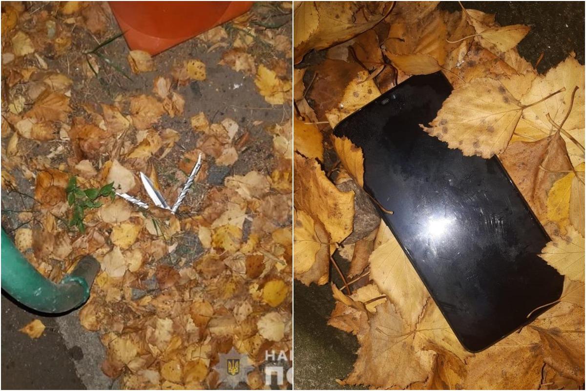 При них нашли телефон и нож