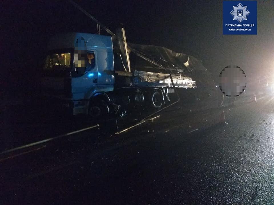 В ночь на субботу, 12 октября, на трассеКиев-Харьков-Довжанский произошла авария с участием двух грузовых автомобилей