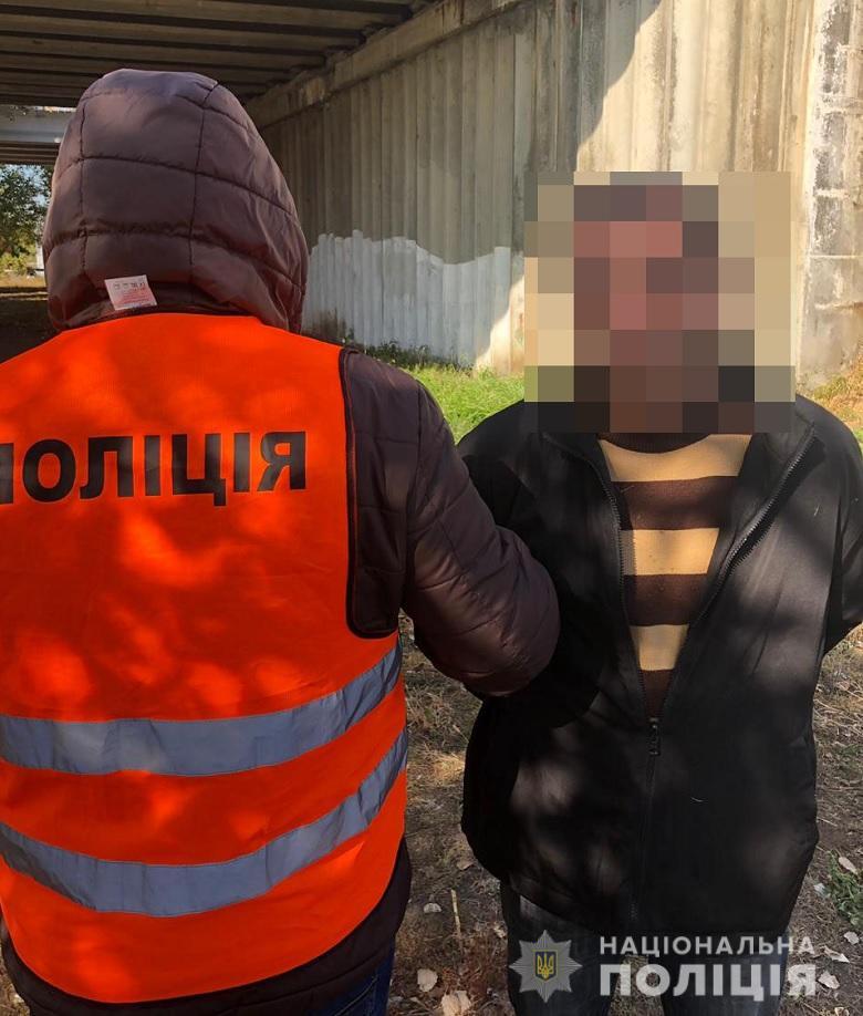 В Киеве иностранец вызвался помочь девушке вынести коляску из троллейбуса