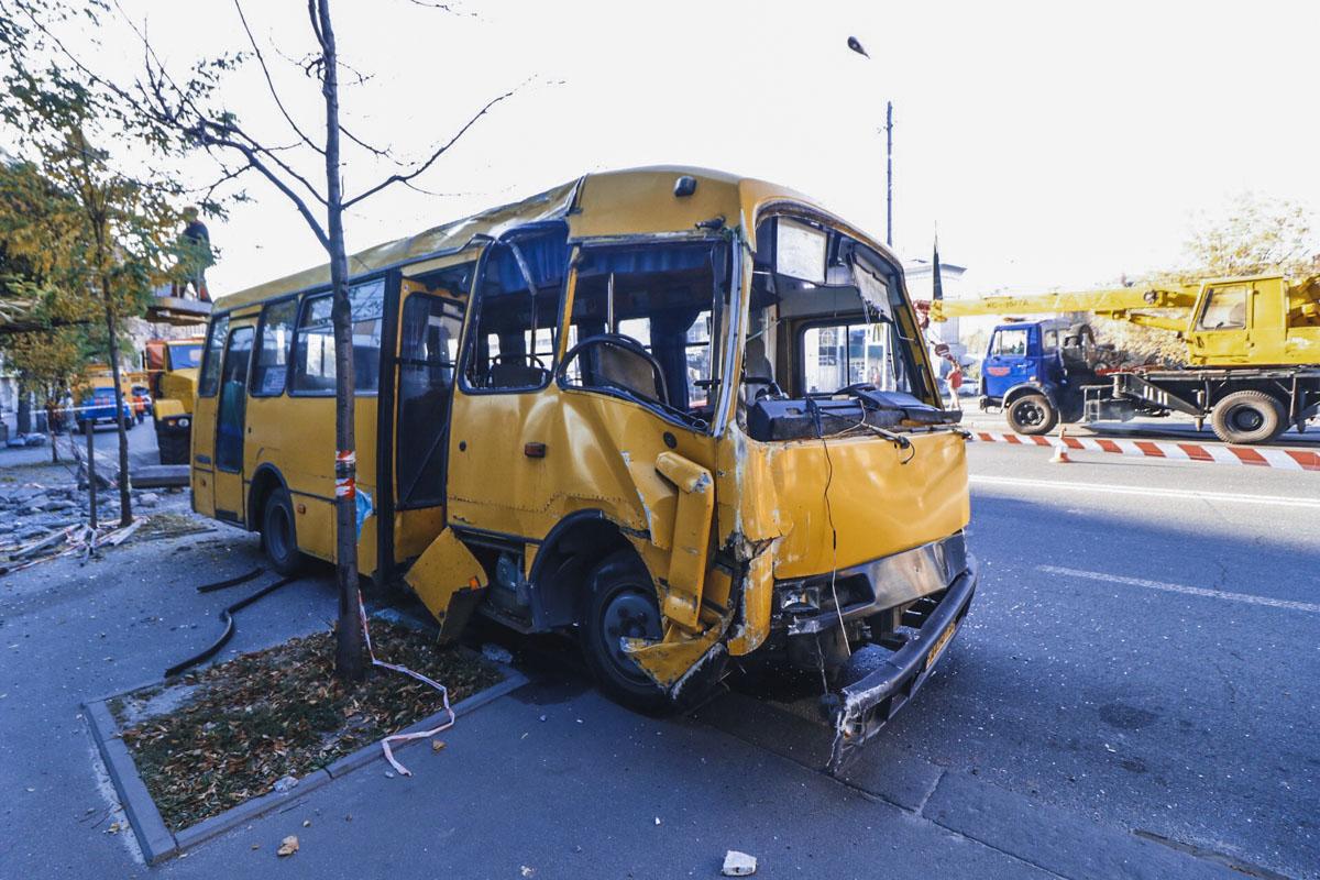 Автобус «Богдан», который двигался по маршруту №499, снес электроопору