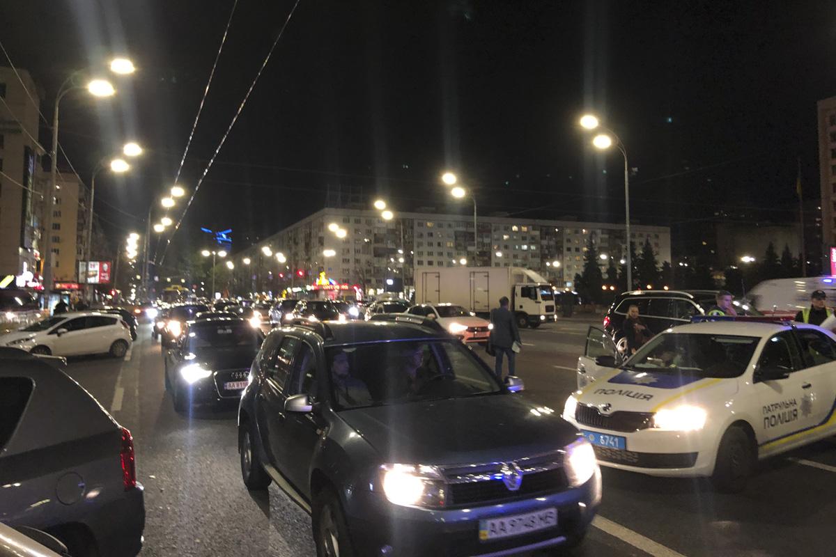 В Киеве на бульваре Леси Украинки столкнулись внедорожник Mitsubishi, Renault службы охраны и ВАЗ 2110