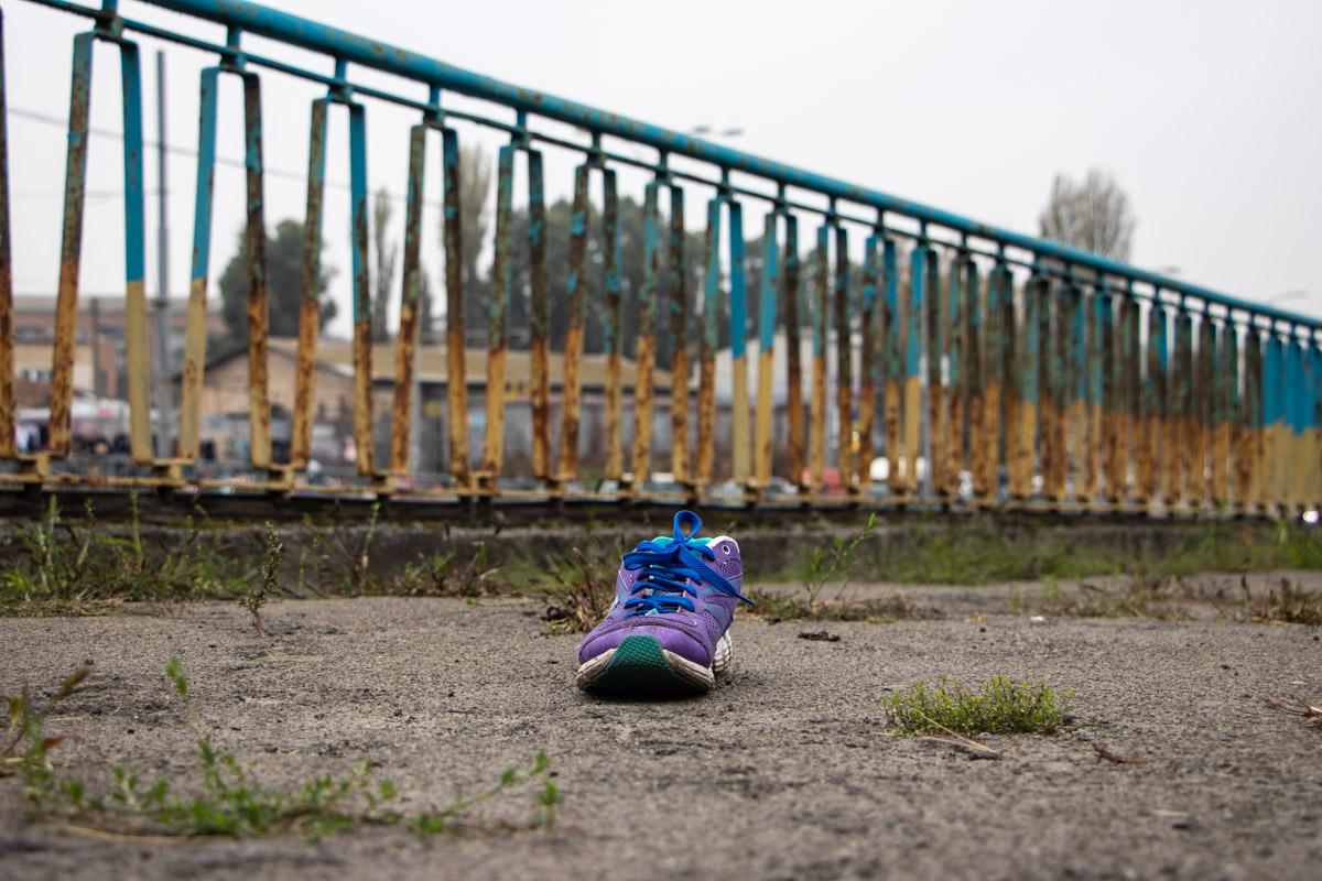 Один кроссовок сбитой забросило на мост