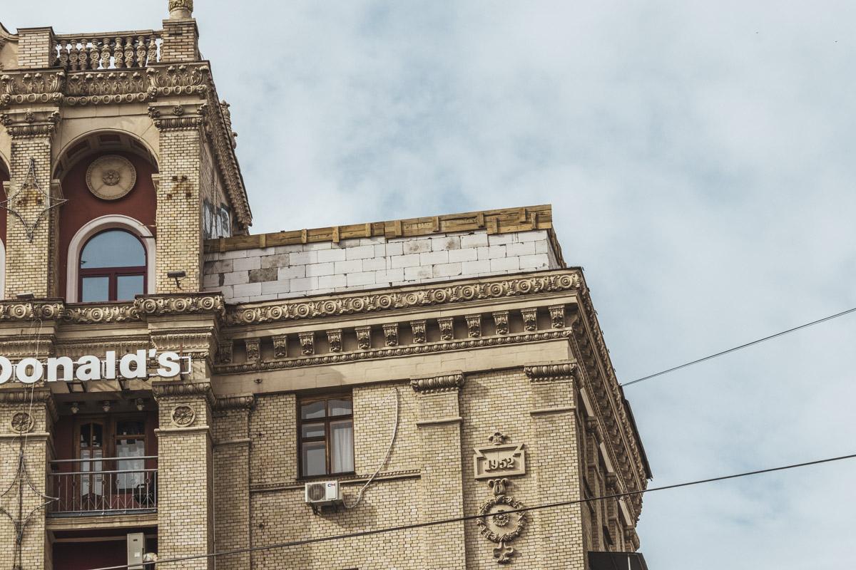 На Майдане Независимости на крыше одного из жилых домов стала появляться кирпичная надстройка