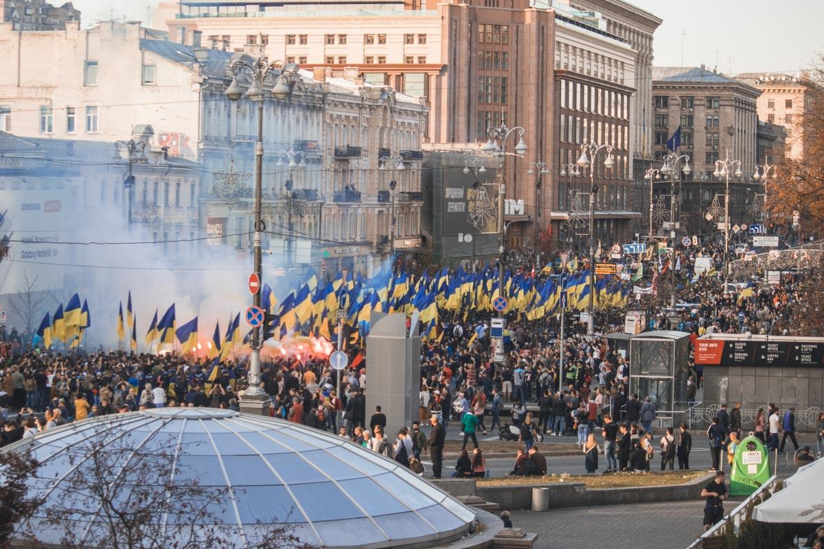 Во время марша активисты жгли файеры, дымовые шашки и взрывали петарды