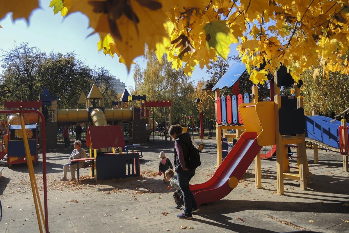 В одном месте помимо сразу двух детских площадок с разными аттракционами, расположились еще несколько зон для отдыха