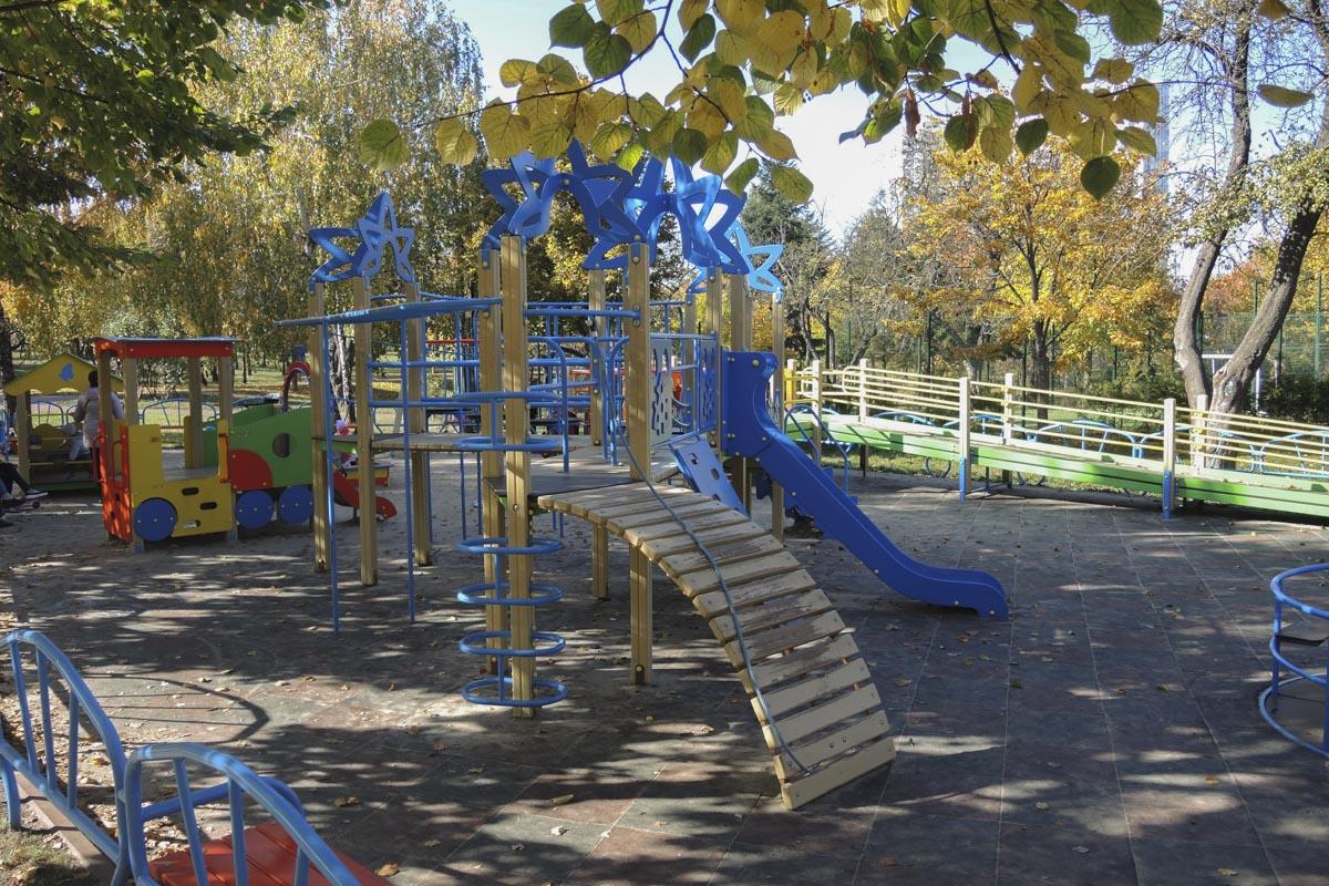 Правда, и сейчас в парке хватает детских площадок и аттракционов
