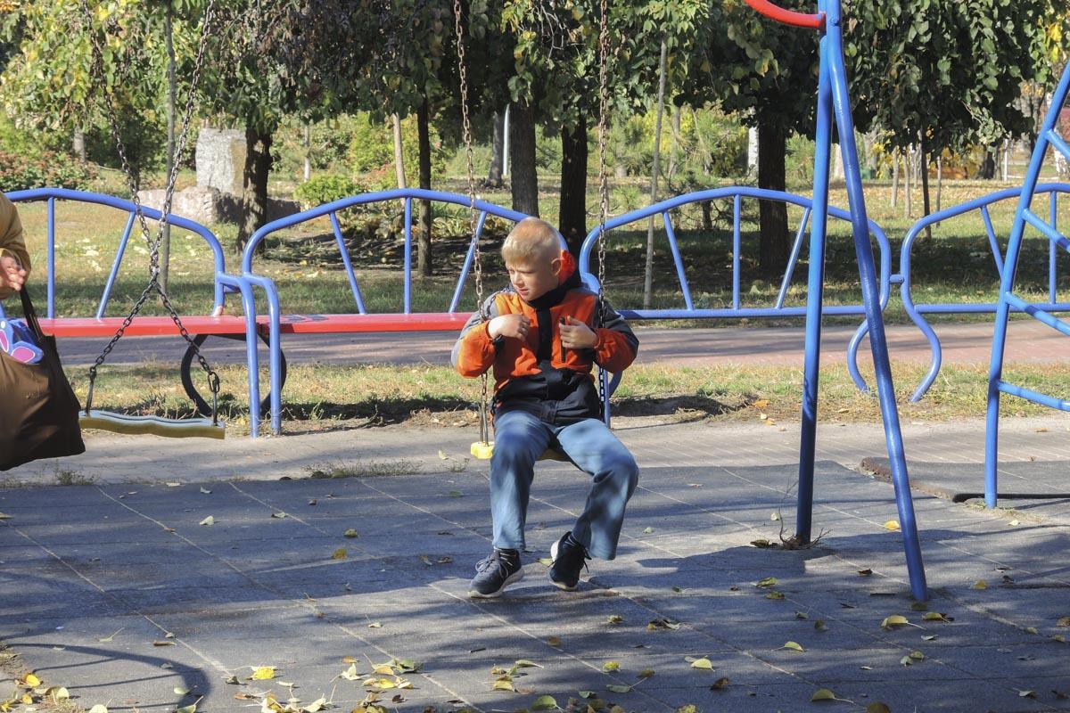 Да и детей, несмотря на время суток и пору года, в парке достаточно