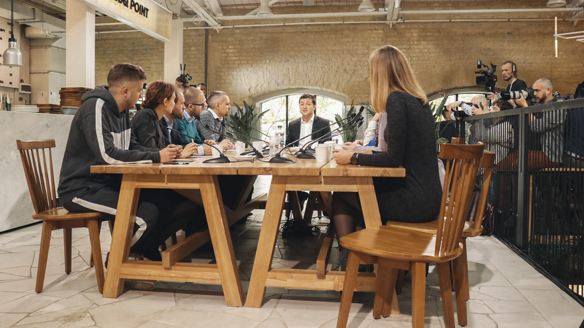 За одним столом с Президентом пообщались триста журналистов