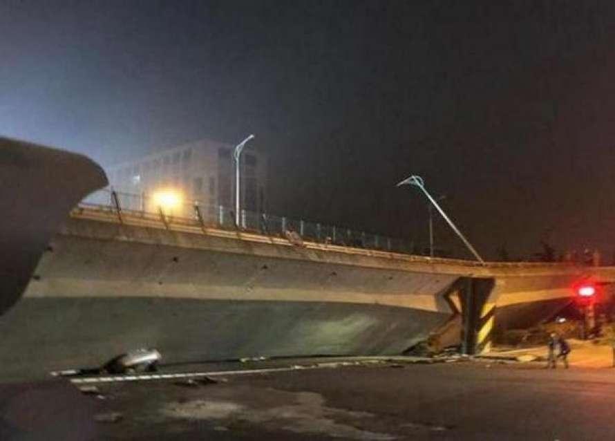 В результате обрушения моста погибли три человека