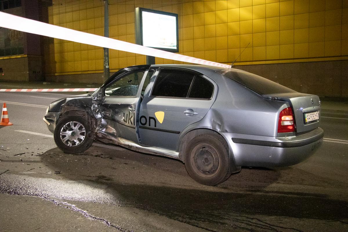 Обе машины имели наклейки службы такси Uklon