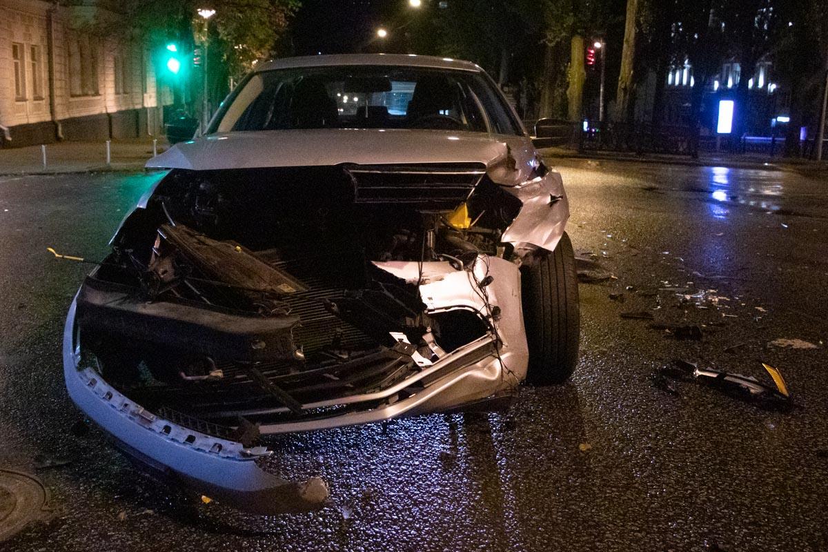 Обе машины сильно разбиты спереди