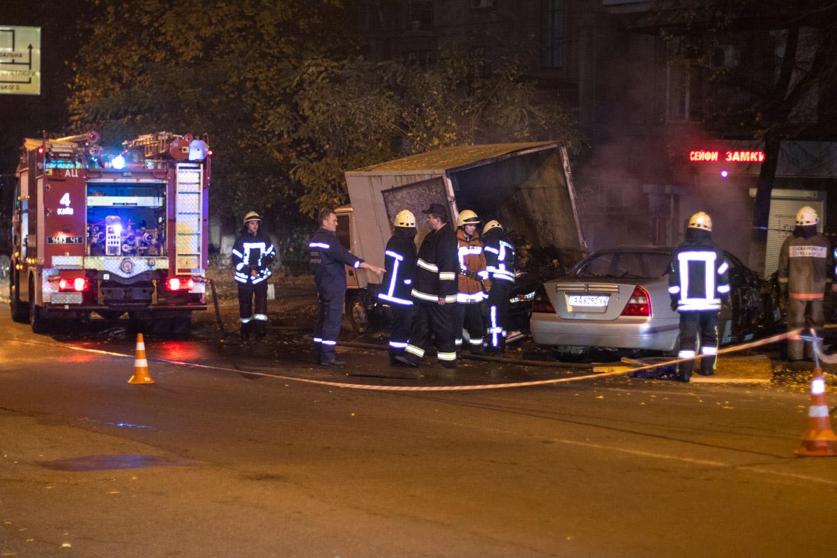 На месте работали четыре экипажа полиции, две пожарные машины и карета скорой помощи