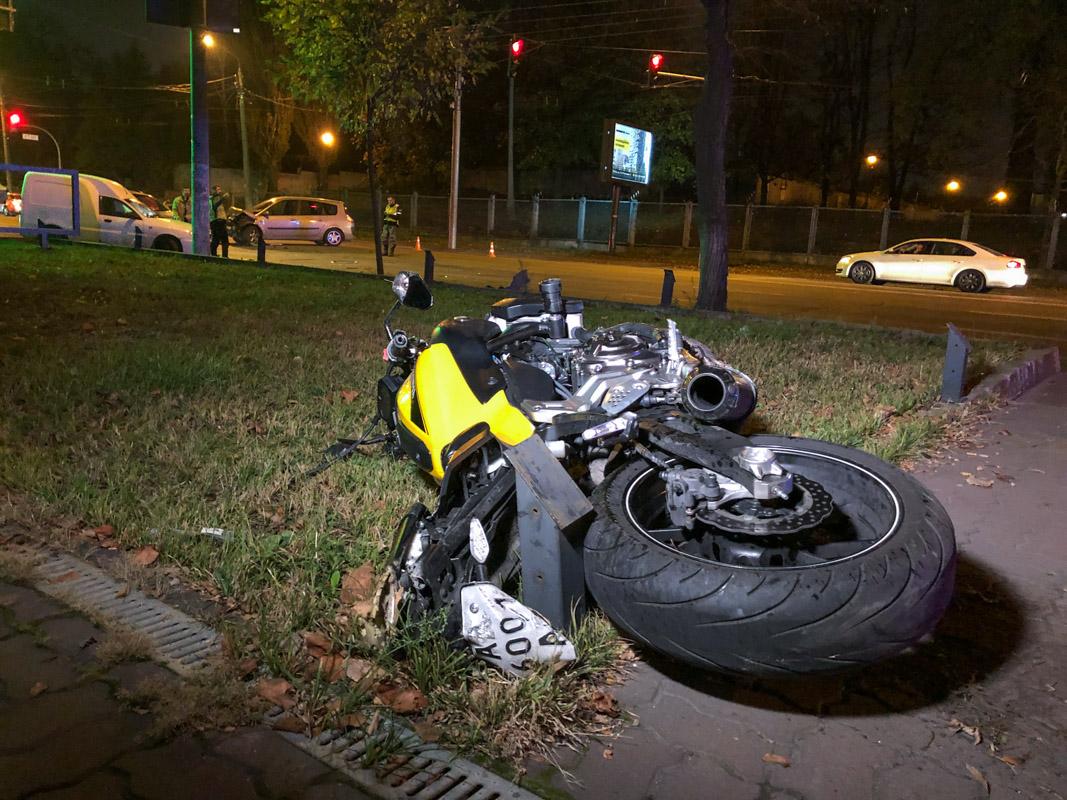 На мотоцикле были два молодых человека