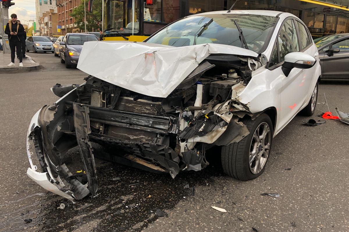 У водителя спецавто - незначительные ссадины, водитель легковушки отделался испугом