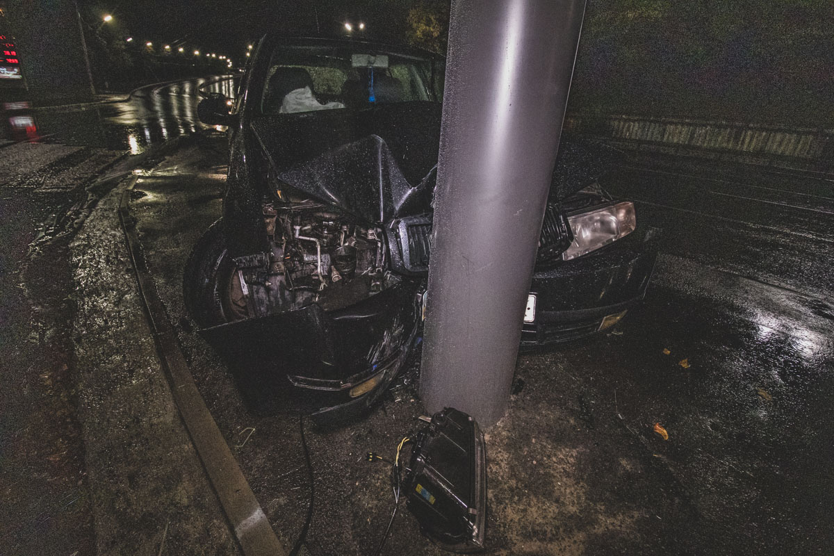 В ночь на 4 октября в Киеве по адресу улица Елены Телиги, 12б произошло ДТП с участием автомобиляSkoda Octavia