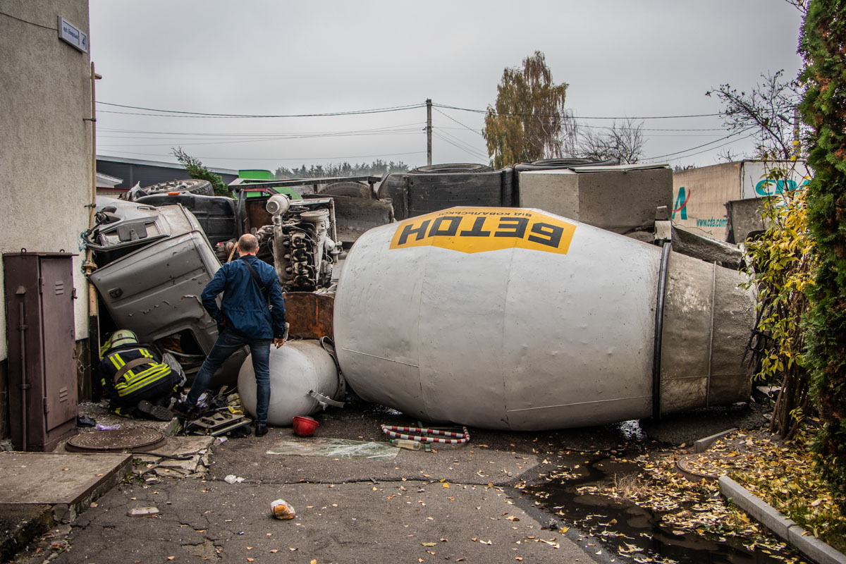 Под Киевом в селе Вита-Почтовая столкнулись автомобили Great Wall Hover и бетономешалка КамАЗ