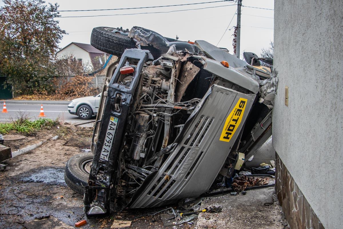 В результате аварии пострадал водитель грузовика