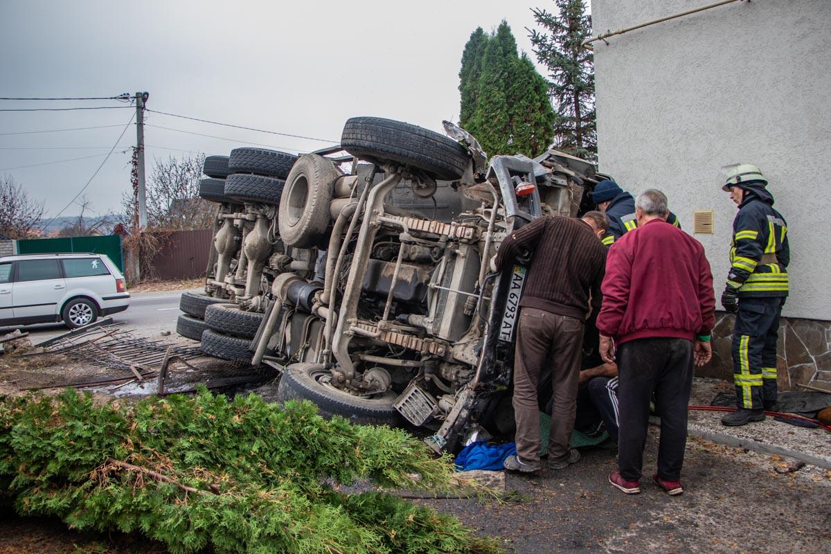 Водителя грузовика зажало в кабине и его вырезали спасатели
