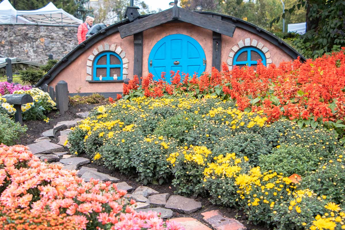 Еще более пяти тысяч цветов распределились по всей выставке, превращая просто милые пейзажи в сказочные
