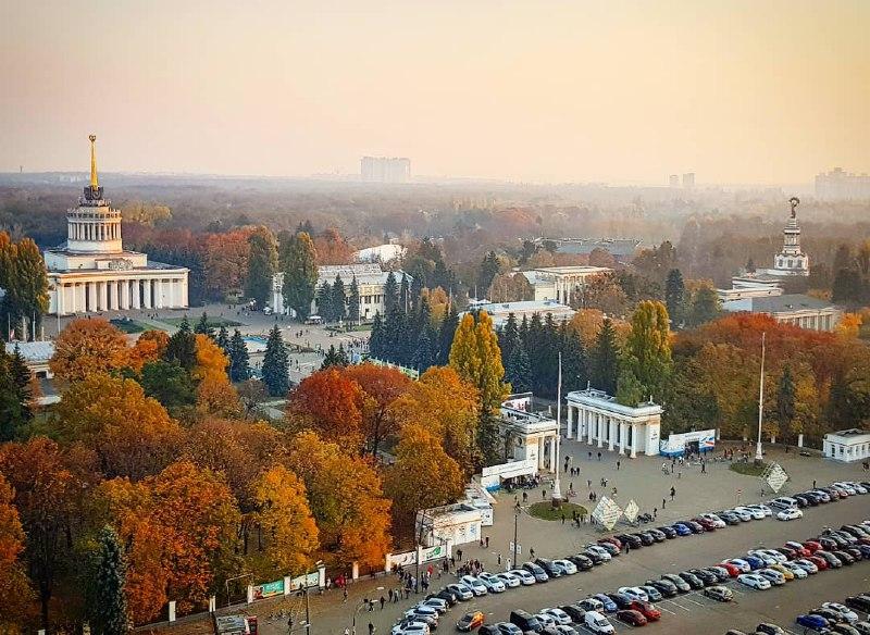 Осенний ВДНГ и несколько свободных парковочных мест. Фото: @mysokol