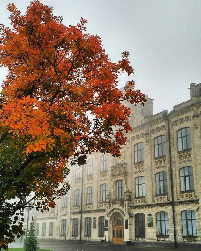 Пока студенты КПИ восстанавливаются после выходных, @phomaryme делает красивейшее фото их универа