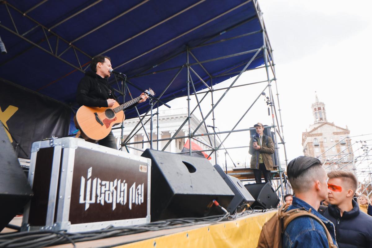 На самом митинге также поют песни со сцены под гитару