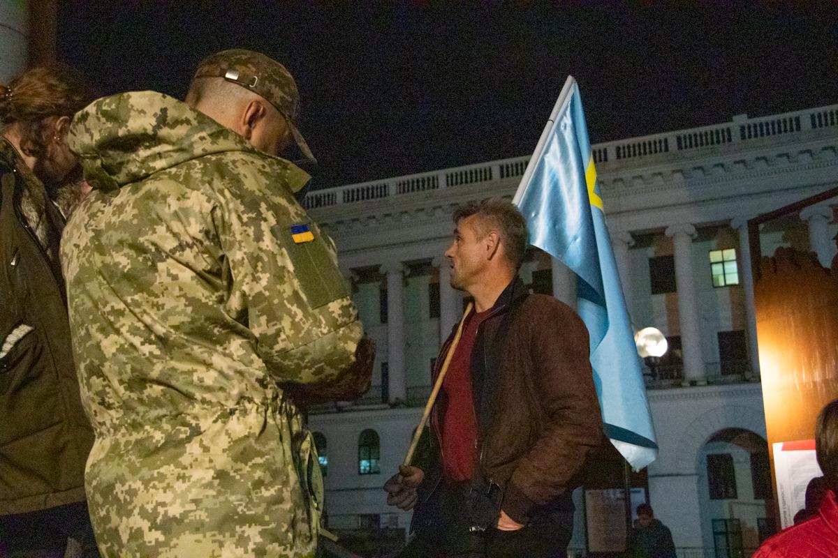Среди людей было немало в камуфляже и с флагами Украины