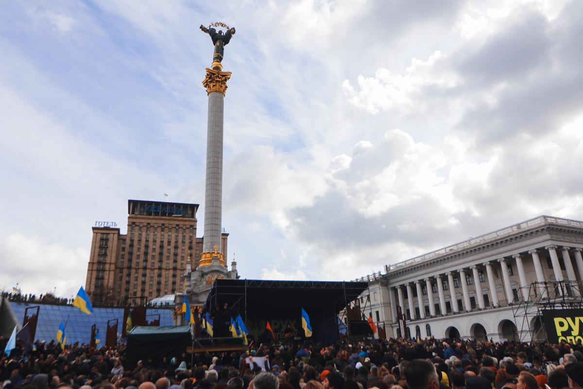 На Майдане даже сцену установили