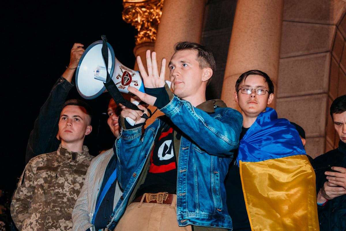 Участники акции грозятся сменить мирный флаг на черно-красный флаг борьбы