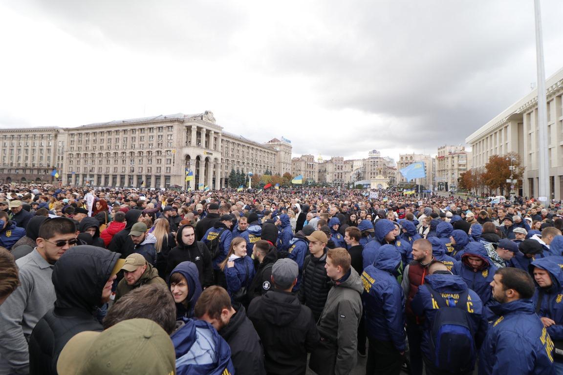 Среди митингующих очень много представителей Нацкорпуса