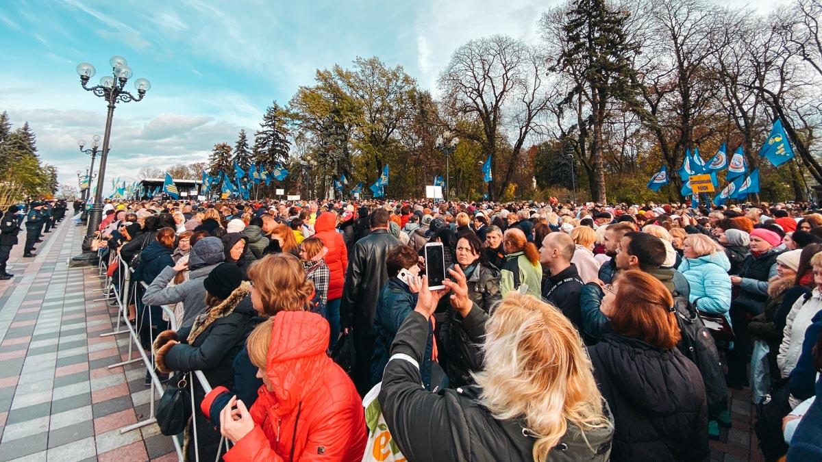 Предварительно, у стен Верховной Рады собрались около 10 000 человек