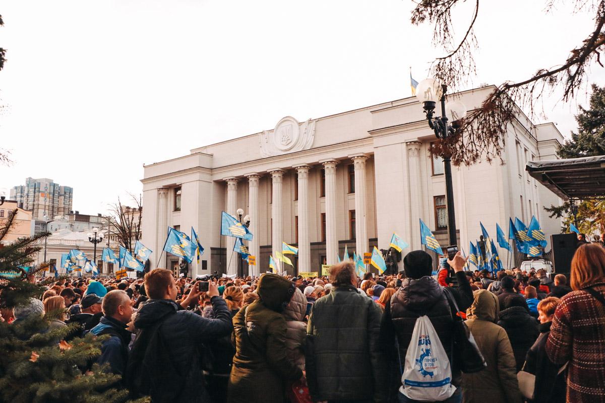 Под зданием Верховной Рады собрались не только педагоги, но и их воспитанники - ученики и студенты