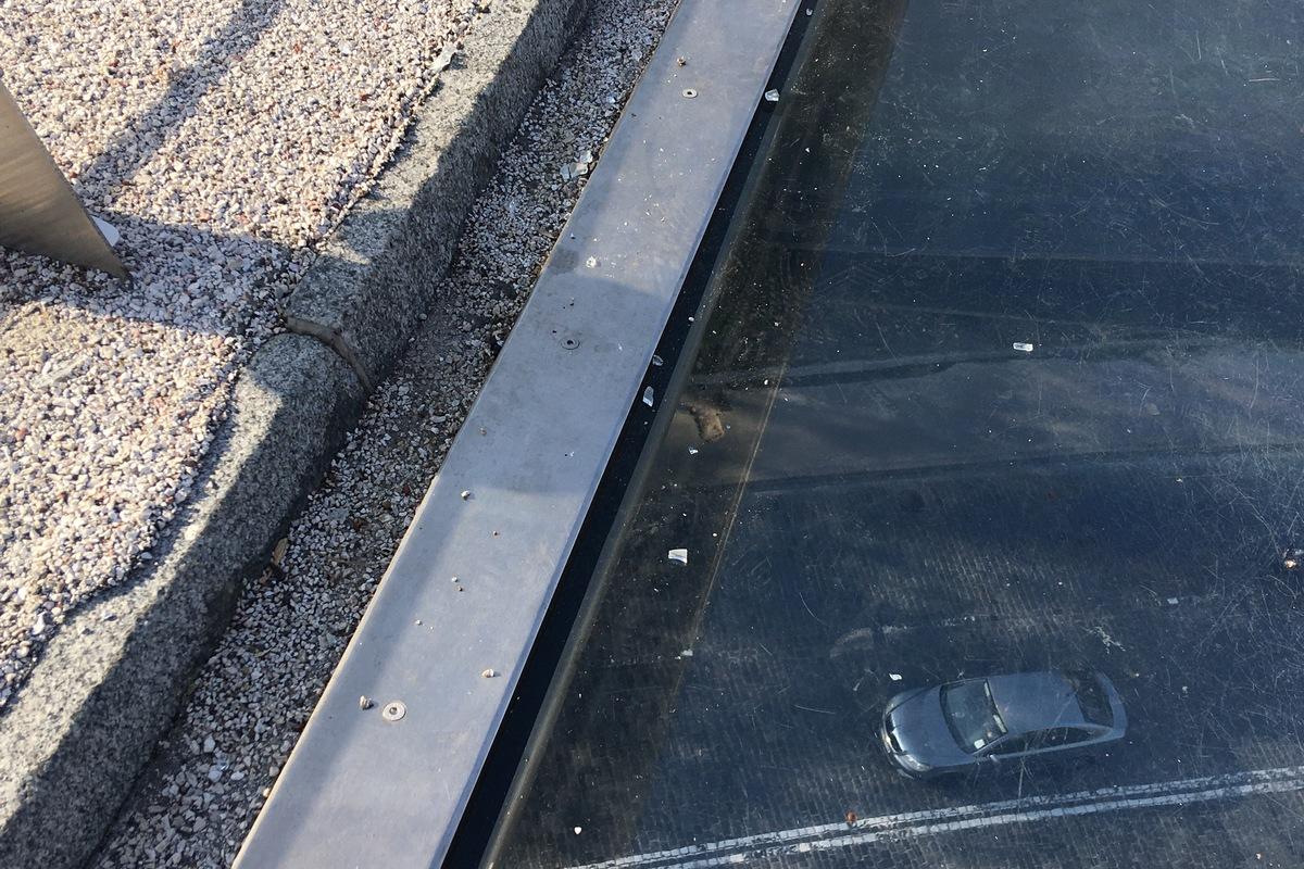 Осколки стекла все еще лежат на мосту