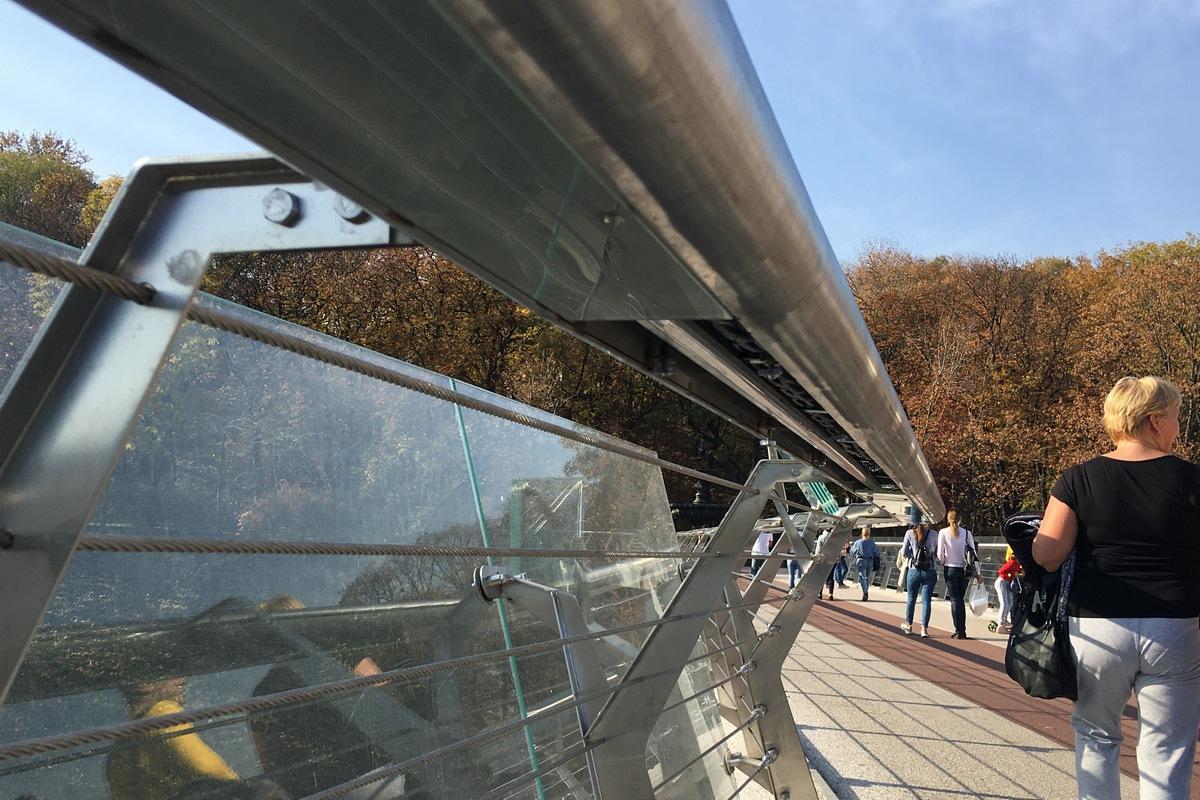 В Киеве на мосту Кличко разбалсь секция стекла, которое защищает подсветку под перилами