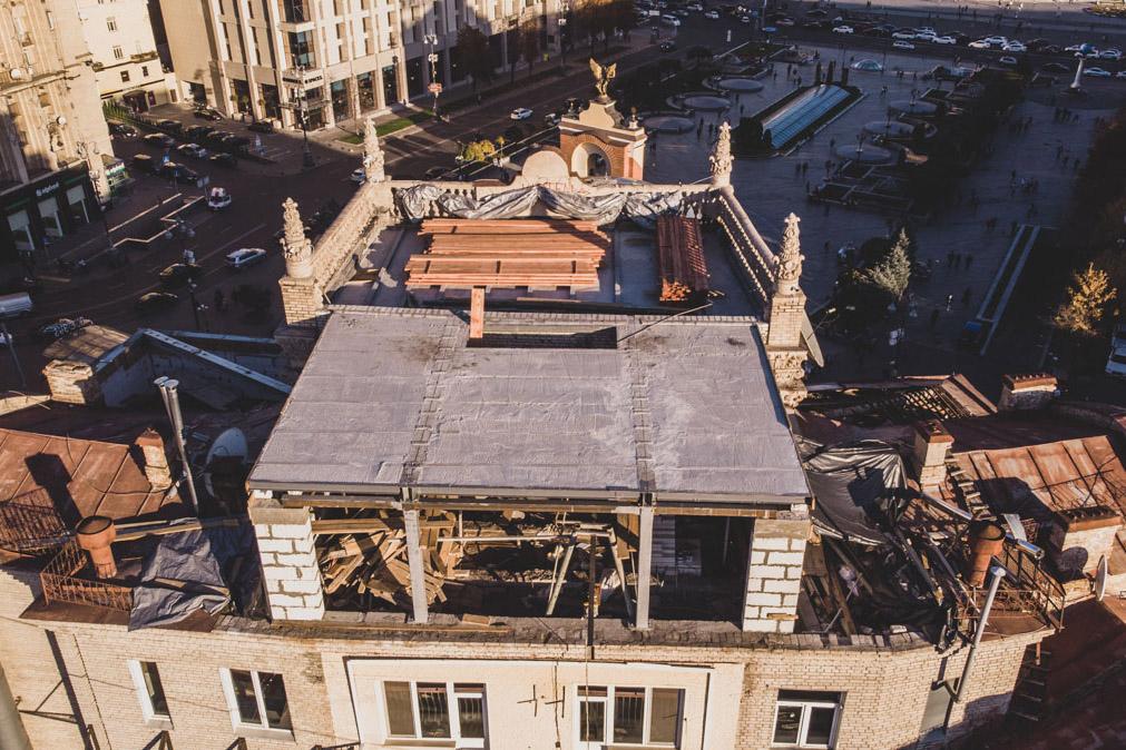 В Киеве на крыше одного из жилых домов на улице Софиевской, 1/2 появилась незаконная надстройка