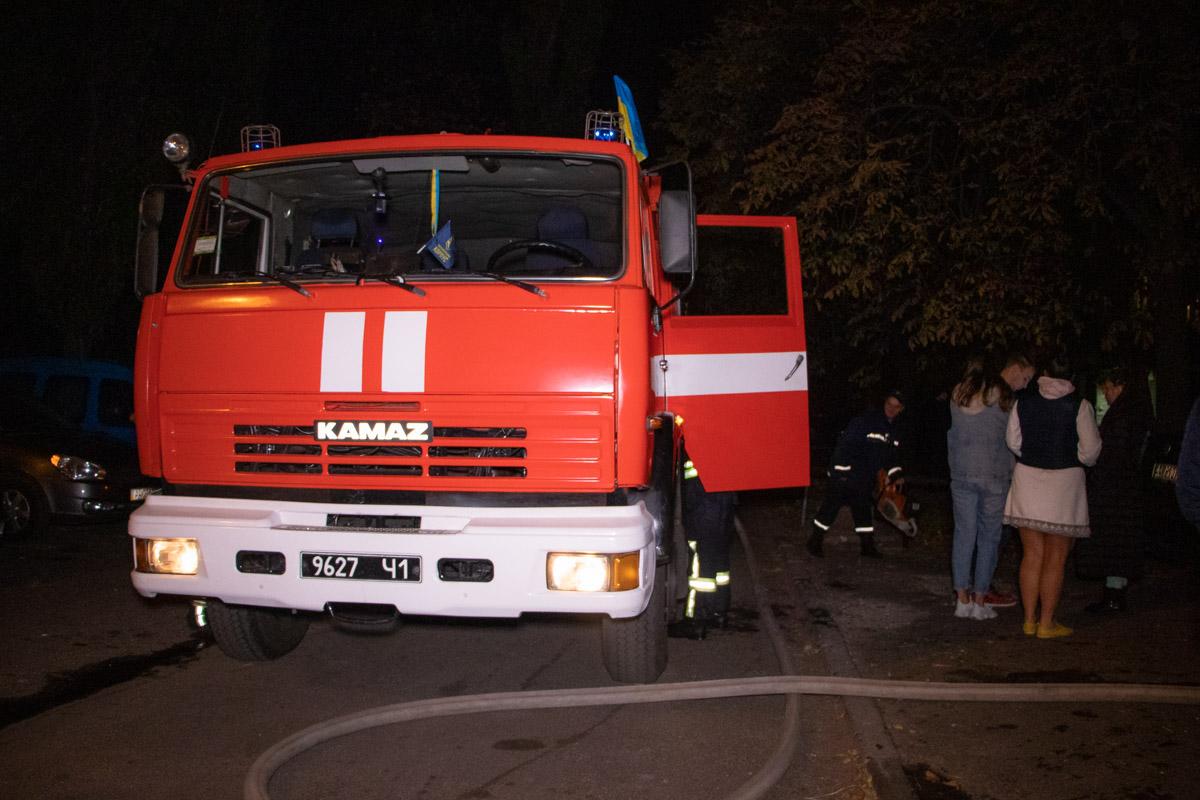 Для тушения пожара на место прибыли спасатели