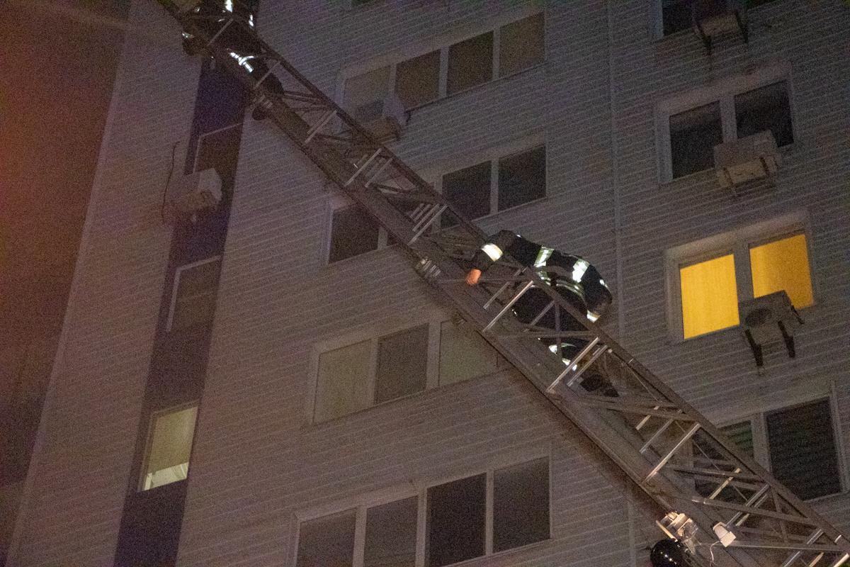 Изначально вспыхнула квартира на девятом этаже 14-этажного дома