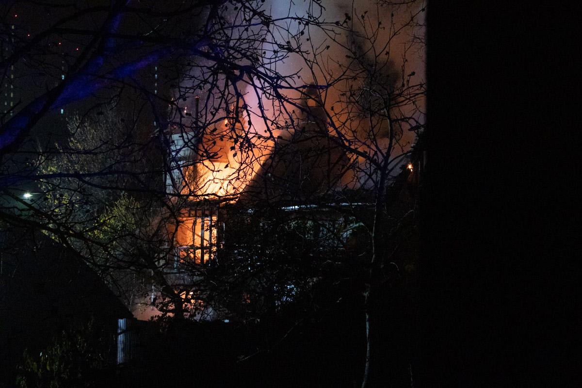 Огонь распространился на второй и третий этаж здания, а также чердак