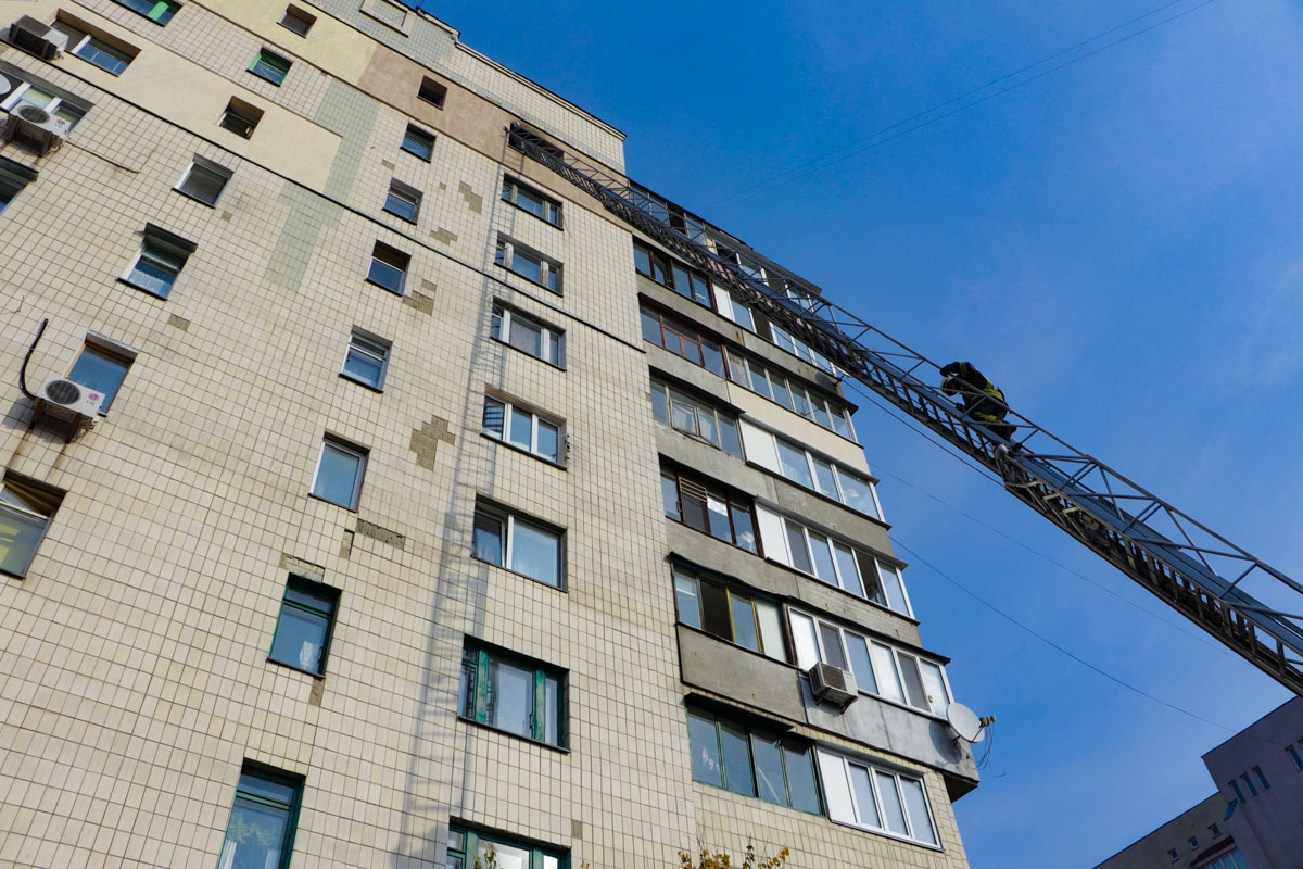 Спасатели попали внутрь около 12:00, и при помощи пожарной лестницы полностью справились со стихией