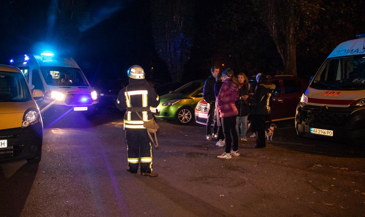 На месте кроме пожарных и медиков также работают патрульные и сотрудники следственно-оперативной группы