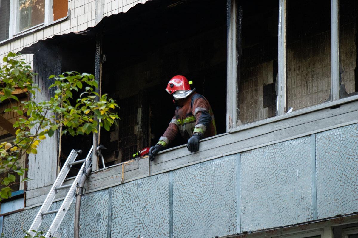 В жилом доме на Лесном проспекте 15а дотла сгорела квартира на втором этаже и загорелась еще одна на седьмом