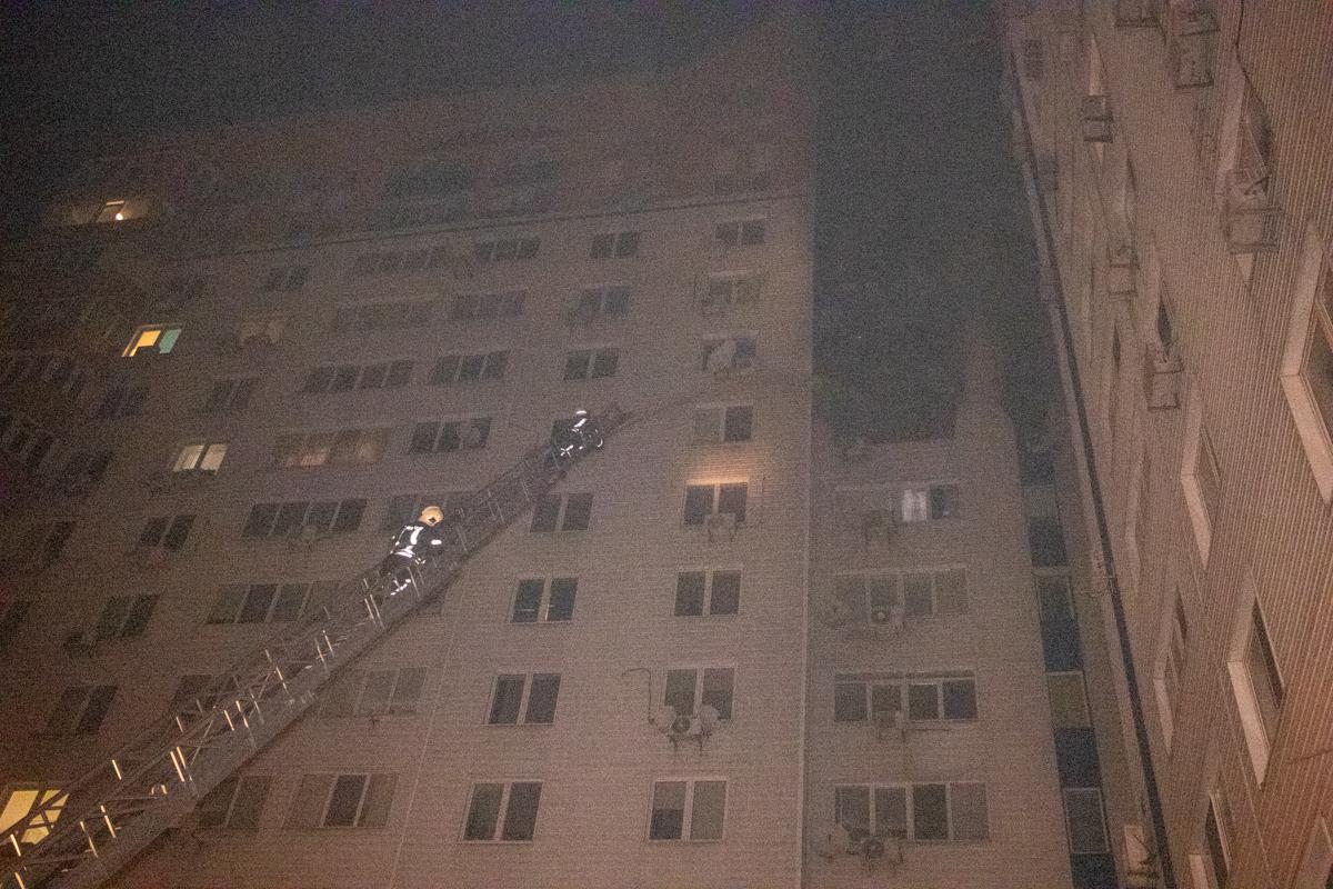 Мощное пламя быстро распространилось по фасаду здания на другие этажи