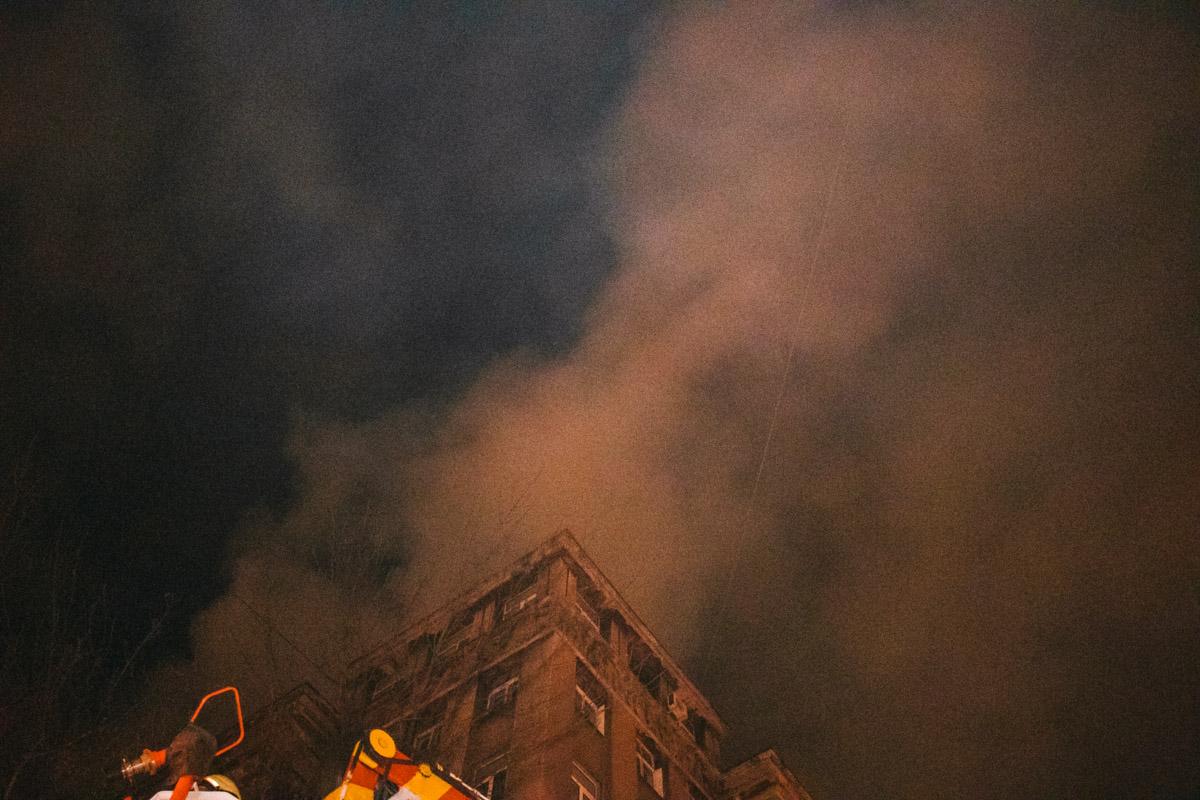 Постепенно пламя перекинулось на лестничные пролеты верхних этажей