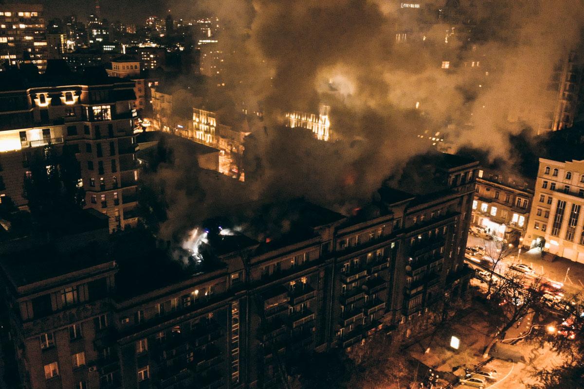 На улице Пирогова загорелся жилой дом