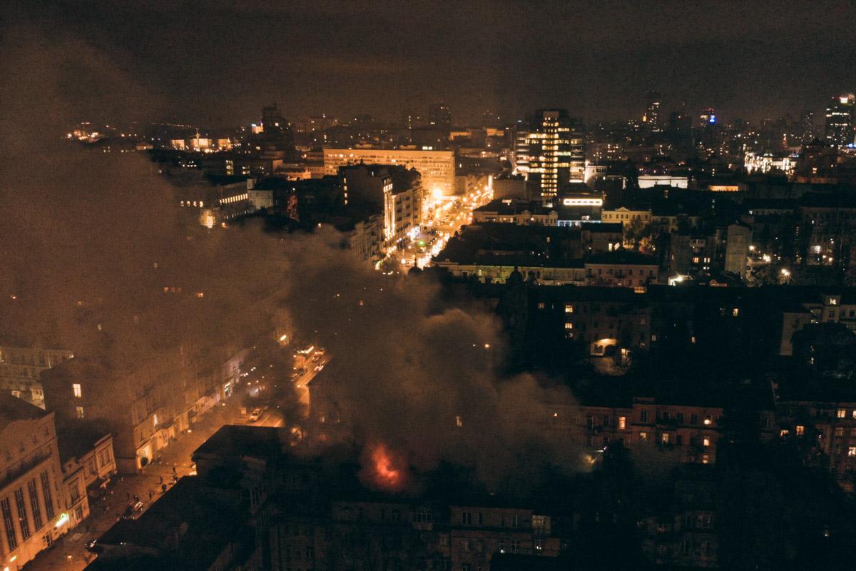 Пламя охватило крышу дома и быстро распространилось на площадь 100 квадратных метров