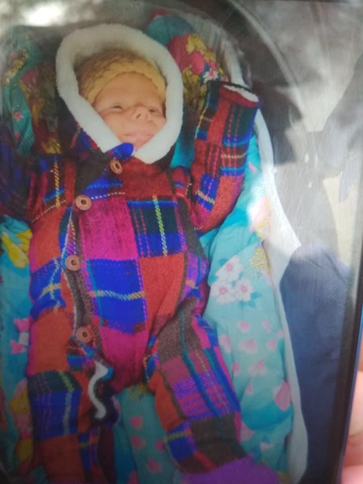 Приметы ребенка:одет в комбинезон в разноцветную клетку, коричневую вязаную шапочку (как на фото)