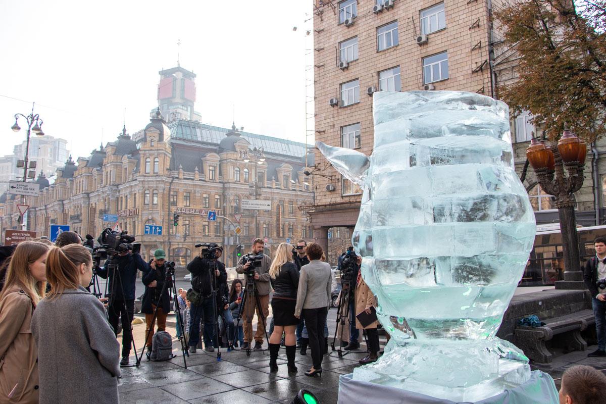 В центре Киева на месте Синей руки появилась тающая рысь