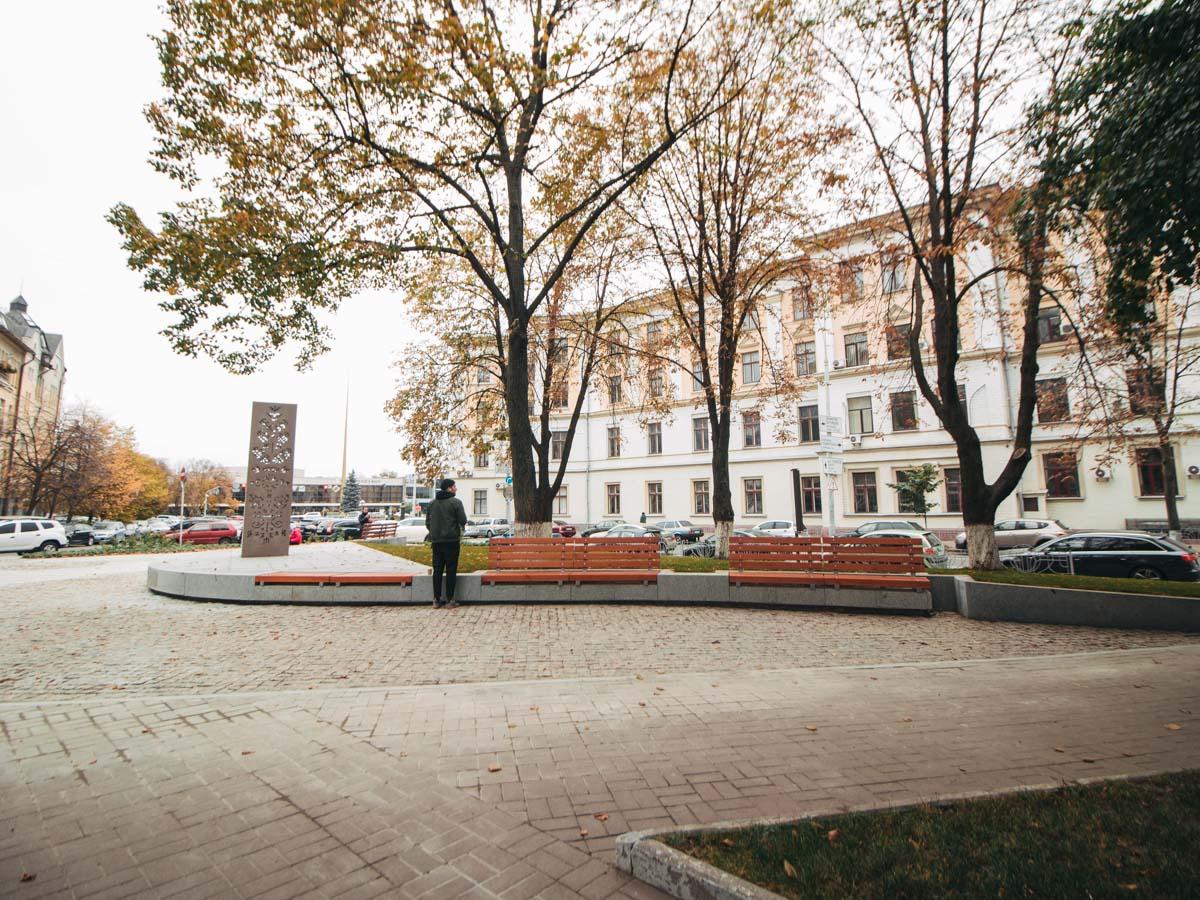Поверхность площади благодаря плитке оформлена в виде карты Латвии