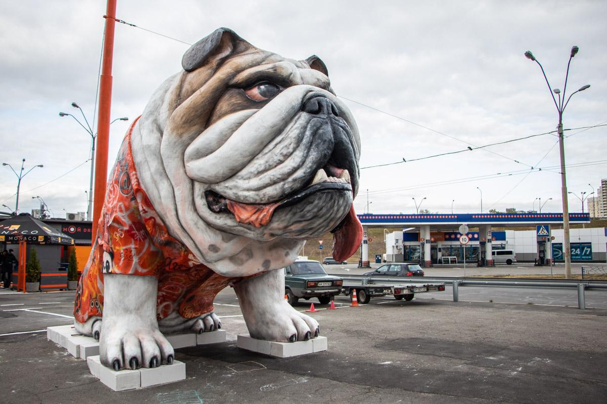 На Петровке появилась скульптура гигантского пса